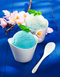Erneuernde blaue italienische Eiscreme Stockfoto