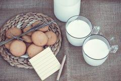 Erneuernde organische weiße Vollmilch und Plätzchen Lizenzfreies Stockfoto