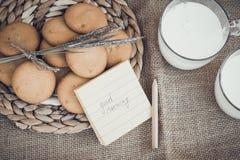 Erneuernde organische weiße Vollmilch und Plätzchen Lizenzfreies Stockbild