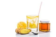 Erneuernder eiskalter Honigingwer-Zitronentee im transparenten Glas Stockbilder