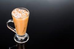 Erneuernder eiskalter Tee mit Milch im transparenten Glas Stockfotos