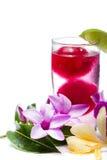 Erneuerndes tropisches Cocktail mit frischen Blumen Lizenzfreies Stockfoto