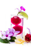 Erneuerndes tropisches Cocktail mit frischen Blumen Stockfoto