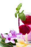 Erneuerndes tropisches Cocktail mit frischen Blumen Stockfotos