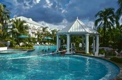 Erneuernpool und Stab in einem Luxuxrücksortierunghotel lizenzfreies stockbild