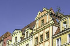Erneuerte alte Häuser Ansicht zur Fassade des Hauses vom Yard Stockbilder