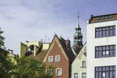 Erneuerte alte Häuser Ansicht zur Fassade des Hauses vom Yard Lizenzfreie Stockfotografie
