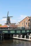 Erneuerte Brücke und Windmühle De Adriaan, Haarlem Stockfoto