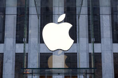 Erneuerter Apple-Computer Speicher Glaswürfel in New York City, auf J Stockbilder