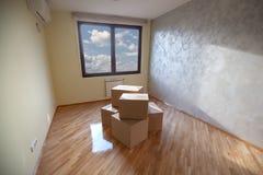 Erneuerter Raum mit einige Kasten-Gepäck in der Mitte Lizenzfreie Stockfotografie
