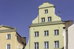 Erneuertes altes Haus Ansicht zur Fassade des Hauses vom Yard Lizenzfreies Stockbild