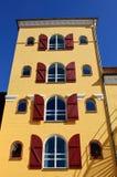 Erneuertes Hafengebäude Stockfotos
