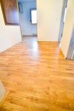 Erneuerung des alten hölzernen harten Bodens der Wohnung und des Parketts lizenzfreie stockfotos