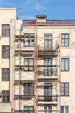 Erneuerung des alten Wohngebäudes mit Baubaugerüst nahe Wand stockfoto