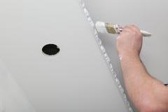 Erneuerung des Hausinnenraums Pinsel mit Lack Stockfoto