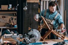 Erneuerung des Holzstuhls stockbild