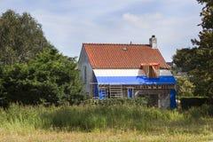 Erneuerung eines alten Dachs stockbild