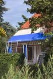 Erneuerung eines alten Dachs lizenzfreie stockfotos