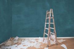 Erneuerungskonzept, Leiter im leeren Wohnungsraum lizenzfreie stockbilder