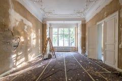Erneuerungskonzept - Leiter im leeren Wohnungsraum während des Restes stockfotografie