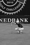 Ernie Els. Putter in hand, kneeling down taking aim for his final put on the 17th green Royalty Free Stock Photos