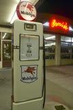 Ernies gammal Mobil bensinstation arkivfoto