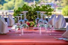 Ernst gelegte Tabelle mit Weingläsern Stockbild