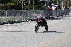 Ernst Van Dyk av Sydafrika kom i andra under honom den Boston maraton med tid av 1:18: 24 1 andra bak ledaren Marcel Hug royaltyfria foton