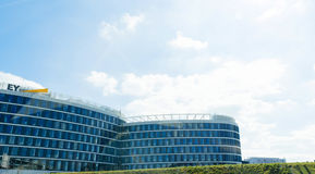 Ernst & Young kontroluje podatku firmowego logotyp na budynek fasadzie Zdjęcie Stock