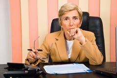 Ernste ältere Geschäftsfrau stockfoto