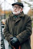 Ernste ältere männliche Person, die tief in den Gedanken ist lizenzfreie stockbilder