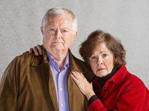 Ernste ältere Paare lizenzfreie stockfotos