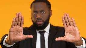 Ernste afroe-amerikanisch Geschäftsmann-Vertretungsendgeste, Arbeitsrechte, Arbeit stock video