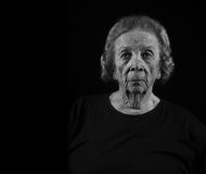 Ernste alte Frau mit strengem Blick Lizenzfreies Stockfoto