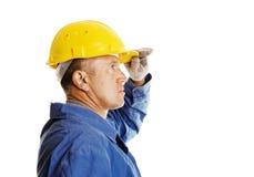 Ernste Arbeitskraft, die innen zur Zukunft schaut Lizenzfreies Stockfoto