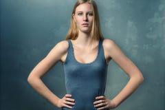 Ernste attraktive junge Frau mit einer Haltung Stockfotografie