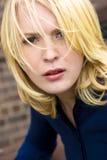Ernste blonde behaarte Schönheit Stockbild
