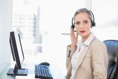 Ernste blonde Call-Center-Mittelaufstellung Lizenzfreie Stockbilder