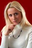 Ernste blonde Frau Stockfotografie