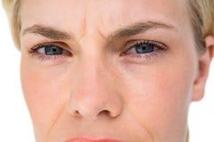 Ernste blonde Frau, die Kamera betrachtet Lizenzfreie Stockfotos