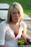 Ernste blonde Frau am im Freientisch Lizenzfreie Stockfotos