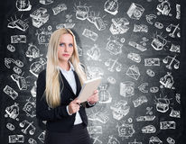 Ernste blonde Mädchen- und Geldeinsparungsskizzen Stockbilder