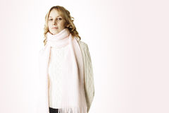 Ernste Blondine im Rosa Stockfoto