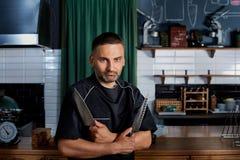 Ernste Chefmesser in den Händen des Restaurants Porträt von Stockbild