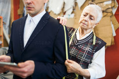 Ernste Damenschneiderin stockfotografie