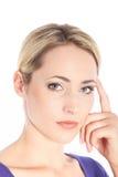 Ernste denkende blonde Frau auf Weiß Lizenzfreies Stockfoto