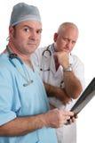 Ernste Doktoren With Xrays Stockfotos