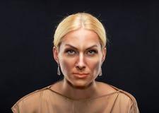 Ernste erwachsene Frau Lizenzfreie Stockfotos