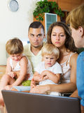 Ernste Familie, die Abstimmung an der von Haustür zu Haustür teilnimmt Stockfotos