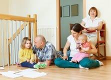 Ernste Familie mit drei Generationen Lizenzfreie Stockbilder